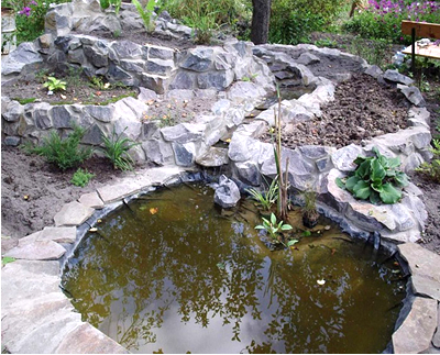 Из него выкладывают дорожки, оформляют фонтаны и водопады, украшают им